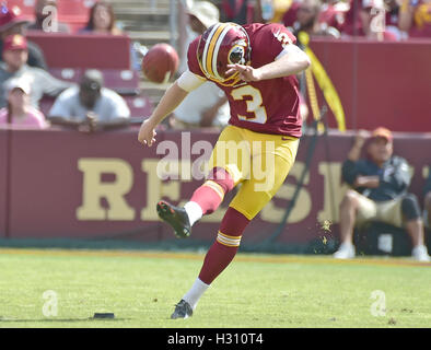 Landover, Maryland, USA. 2. Oktober 2016. Washington Redskins Kicker Dustin Hopkins (3) beginnt nach seinem Team - Stockfoto
