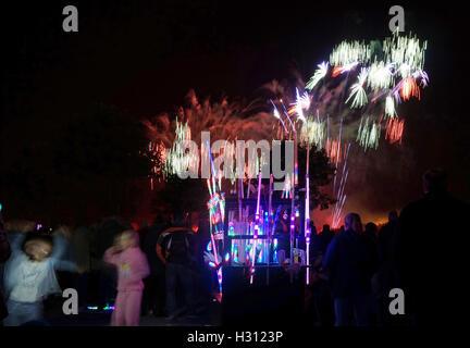 Southport, England. 2. Oktober 2016. Ein spektakuläres Feuerwerk Display Acompanied durch Musik zog Tausende von - Stockfoto