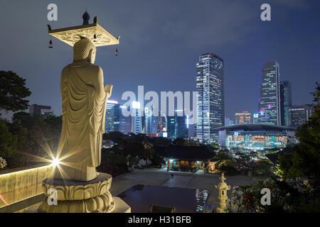 Mireuk Daebul Statue (die große Statue von Maitreya Buddha) an der Bongeunsa-Tempel und die Aussicht des Gangnam - Stockfoto