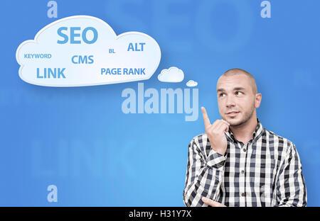 Gut aussehender Mann denken über Suchmaschinen-Optimierung - Stockfoto