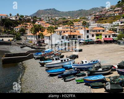Bunte Boote liegen am Strand von Camara de Lobos auf der portugiesischen Insel Madeira - Stockfoto