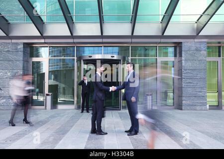 Geschäftsleute Händeschütteln, finishing ein Treffen außerhalb Büro - Stockfoto