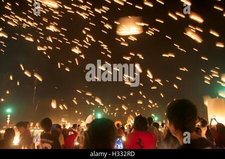 """Chiang Mai, Thailand - 25. Oktober 2014. Massenfreigabe von """"Khom Loy"""" (schwimmende Laternen) bei Mae Jo. - Stockfoto"""