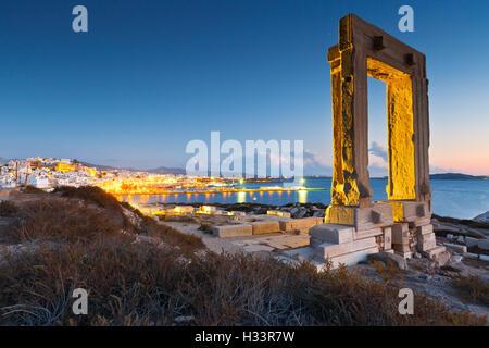 Blick auf Portara und Reste des Tempels des Apollo bei Sonnenuntergang. - Stockfoto
