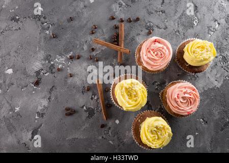 Cupcakes auf dem grauen Stein Hintergrund. - Stockfoto