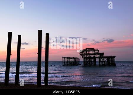 Brighton, UK. 5. Oktober 2016. Sonnenaufgang hinter dem West Pier in Brighton, UK, Mittwoch, 5. Oktober 2016.  Der - Stockfoto