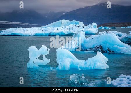 Eisberge in der Gletscherlagune unter Breidamerkurjokull Jökulsárlón, Gletscher Vatnajökull, Island, polaren Regionen - Stockfoto