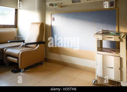Leeren Krankenzimmer, Bett mit Patienten entfernt. - Stockfoto