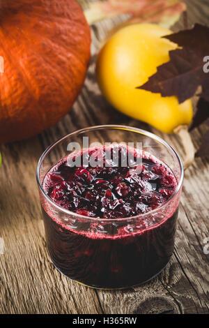Hausgemachte Thanksgiving Cranberry-Sauce im Glas auf Woonen Tisch - Stockfoto