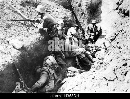 Deutsche Soldaten ruhen in einem Graben, 1917 - Stockfoto