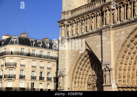 Die Westfassade der Kathedrale Notre-Dame mit einem Mehrfamilienhaus im Hintergrund. Paris.France - Stockfoto