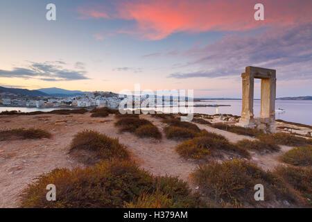 Blick auf Portara und Reste des Tempels des Apollo bei Sonnenaufgang. - Stockfoto