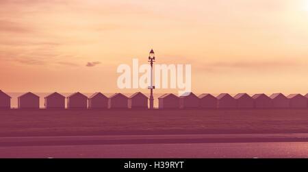 Strandhütten an der Strandpromenade, Brighton & Hove, East Sussex, England, UK - Stockfoto