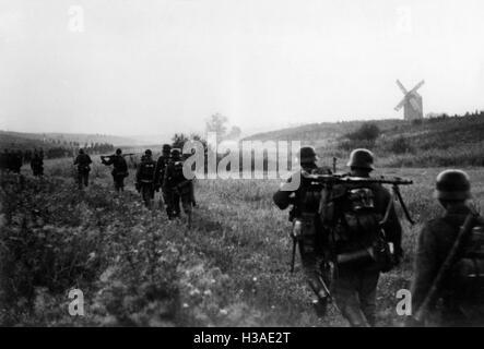 Deutsche Infanterie marschiert an der Ostfront, 1941 - Stockfoto