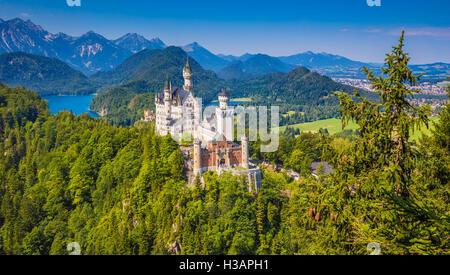Schöne Aussicht auf das weltberühmte Schloss Neuschwanstein, einer der meist besuchten Burgen Europas, im Sommer, - Stockfoto