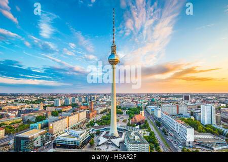 Berlin Skyline Panorama mit berühmten Fernsehturm am Alexanderplatz und dramatische Wolken bei Sonnenuntergang, - Stockfoto