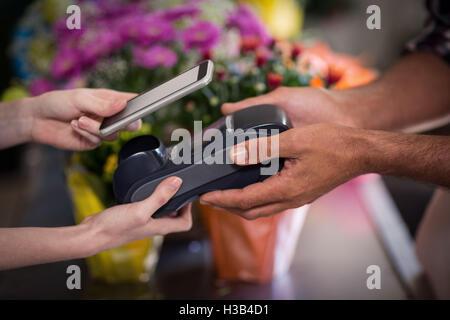 Hand des Kunden, Zahlungen über smartphone - Stockfoto