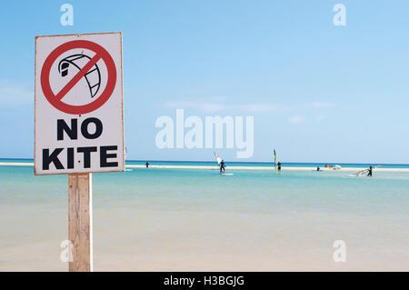 Fuerteventura, Spanien: keine Kite Surfen, Kitesurfen verboten, und die Lagune von der Strand Playa de Jandía, einem - Stockfoto