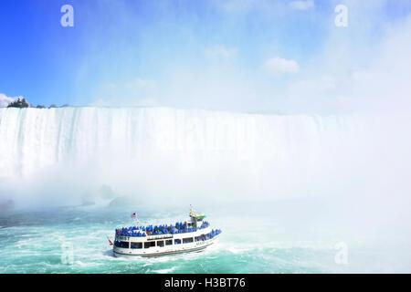 Ein amerikanischer Tourist Boot nähert sich dem Ende der Horseshoe Falls in Niagara Falls, Ontario in Kanada. - Stockfoto