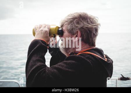 Fischer blick durch ein fernglas stockfoto bild alamy