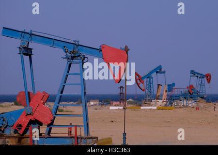 Pumpjacks in Ölquellen an der Küste des Kaspischen Meeres in den Vororten der Stadt Baku Hauptstadt von Aserbaidschan - Stockfoto