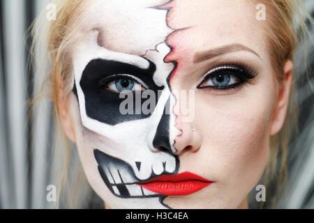 Schöne Mädchen mit Gesicht Kunst an Halloween, schwarzen und weißen Schädel - Stockfoto
