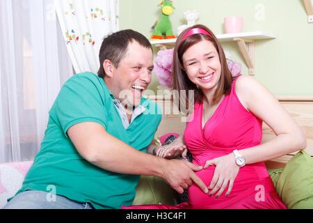 eine schwangere glücklich junge Eltern, die Geburt des Kindes warten - Stockfoto