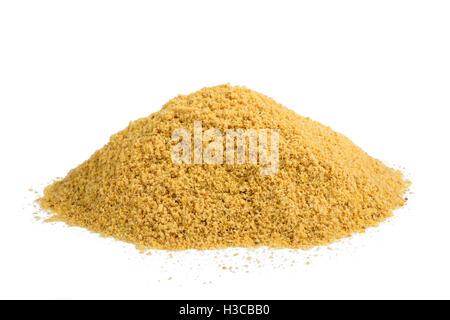 Handvoll gelbes Senfpulver isoliert auf weißem Hintergrund - Stockfoto