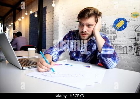Foto junge und Talente Finanzmanager mit neuen Projekt arbeiten. Hübscher Mann aus seinem Büro zu Hause arbeiten. - Stockfoto