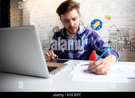 Foto junge und Talente Finanzmanager mit neuen Projekt arbeiten. Hübscher Mann aus seinem Büro zu Hause arbeiten. Business-Pläne auf Laptop zu analysieren.