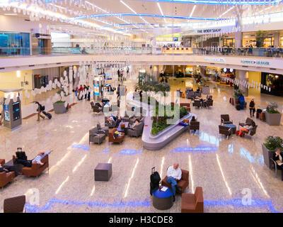 Menschen, Geschäfte und Restaurants im Maynard H Jackson Jr terminal auf Hartsfield-Jackson International Airport - Stockfoto