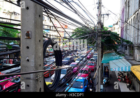 Netzkabel und Verkehr in bangkok - Stockfoto