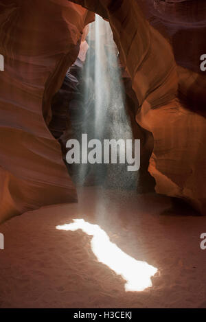 Strahl von Sonnenlicht in Antelope Canyon, Arizona, USA - Stockfoto