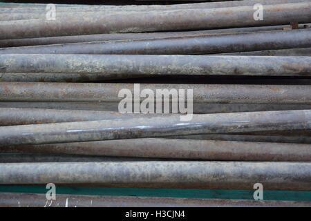 Rostige Grunge Metallrohre liegend auf Baustelle - Stockfoto