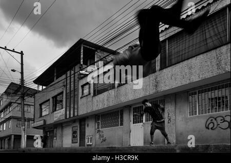 Kolumbianischen Parkour-Athleten aus Plus Parkour Team tun ein Frontflip, wie sie auf der Straße in Bogotá, Kolumbien - Stockfoto