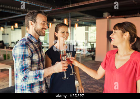 Glückliche Menschen feiert einen neuen Vertrag. klirrende Gläser Champagner. Freiraum-Business-Unternehmen - Stockfoto