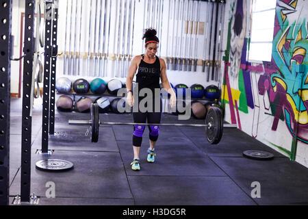 Ein weiblicher Athlet trainiert in ein Crossfit Gym. - Stockfoto