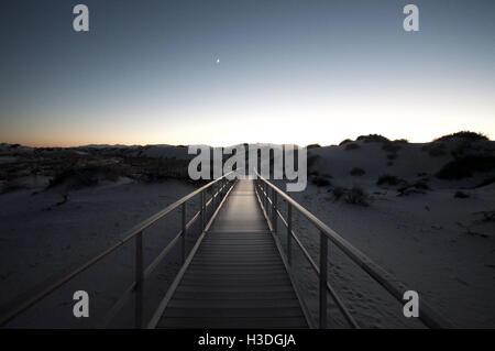 Holzsteg über Gips Dünen im White Sands National Monument in New Mexiko - Stockfoto