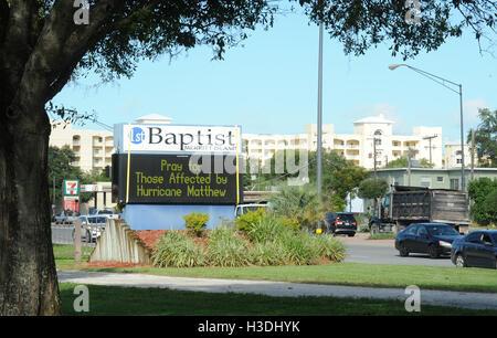 Florida, USA. 5. Oktober 2016. Ein Zeichen Leute Fragen zu beten für die betroffenen von Hurrikan Matthew werden - Stockfoto