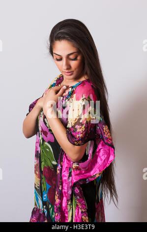 Schöne indische Frau mit langen Haaren übergibt Herz - Stockfoto