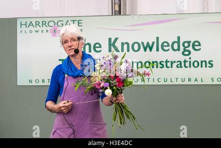 Weibliche Moderatorin geben Demonstration am Blumenbinden bei Harrogate Flower Show, UK - Stockfoto
