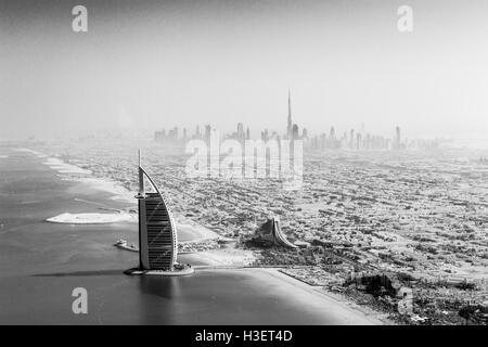Dubai, Vereinigte Arabische Emirate - 17. Oktober 2014: die berühmten Burj Al Arab Hotel und Skyline von Dubai von - Stockfoto