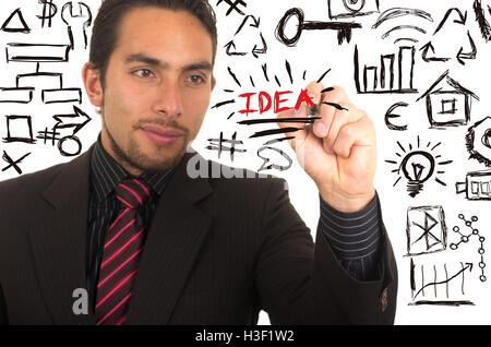 junge hübsche Geschäftsmann schreibendes auf Whiteboard marker - Stockfoto
