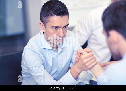 Geschäftsleute Armdrücken im Büro - Stockfoto