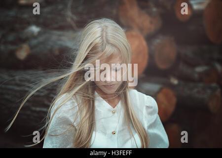 Romantisch und traurig Portrait einer fairen junge Frau. Die Haare im wind - Stockfoto