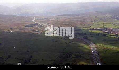 Luftbild von der M6 Autobahn Richtung Süden durch den Pennines in Richtung Lancashire, UK - Stockfoto