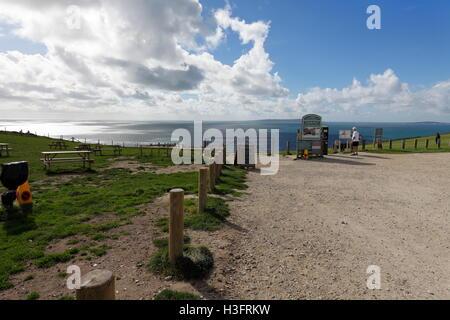 Am oberen Rand der Klippen mit dem Gateway hinunter Durdle Door Felsbogen und Mann des Krieges Bucht an einem sonnigen - Stockfoto