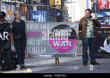 New York, New York, USA. 7. Oktober 2016. Demonstranten auf dem Times Square markiert den 15. Jahrestag des Amerikas - Stockfoto