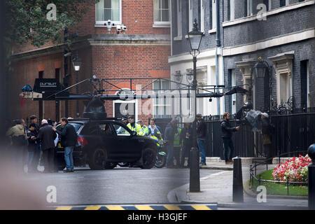 London, UK. 8. Oktober 2016. Dreharbeiten zum neuen Transformers-Film in der Downing Street auf den Stufen des No10 - Stockfoto