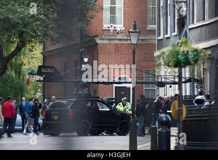 London, UK. 8. Oktober 2016. Dreharbeiten zum neuen Transformers-Film in der Downing Street auf den Stufen des No10.Pic - Stockfoto